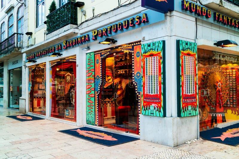 Den specialiserade på burk sardinen shoppar i Lissabon arkivbild