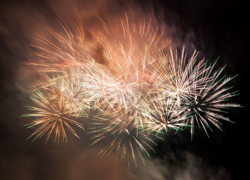 Den spektakulära fyrverkerishowen tänder upp himlen nytt år för beröm royaltyfria bilder