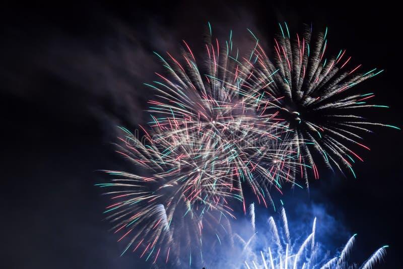 Den spektakulära fyrverkerishowen tänder upp himlen nytt år för beröm arkivfoton