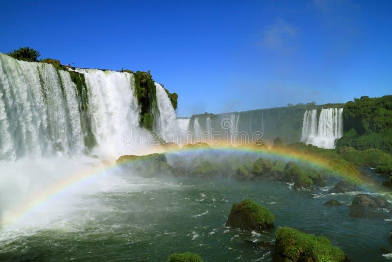 Den spektakulära sikten av regnbågen över den kraftiga Brazillian sidan Iguazu Falls, Foz gör Iguacu, Brasilien, Sydamerika arkivbilder