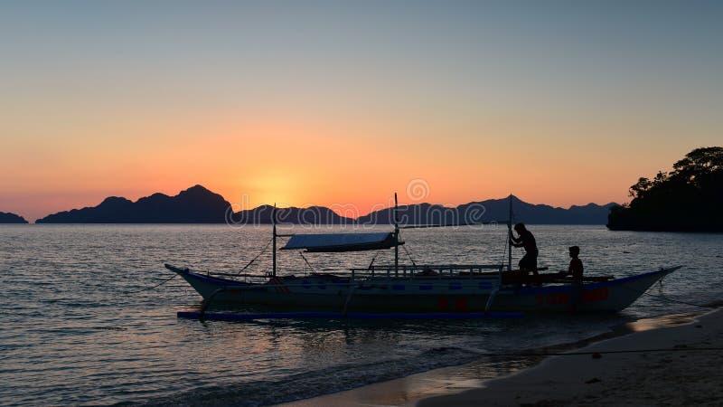 Den spektakulära solnedgången som beskådad från sju kommandon sätter på land i Filippinerna arkivfoto