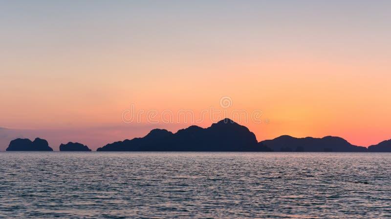 Den spektakulära solnedgången som beskådad från sju kommandon sätter på land i Filippinerna arkivbilder