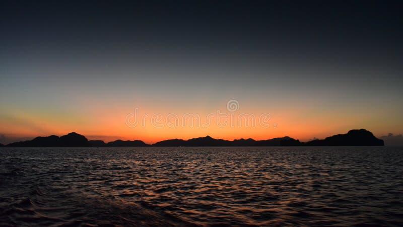 Den spektakulära solnedgången som beskådad från sju kommandon sätter på land i Filippinerna fotografering för bildbyråer