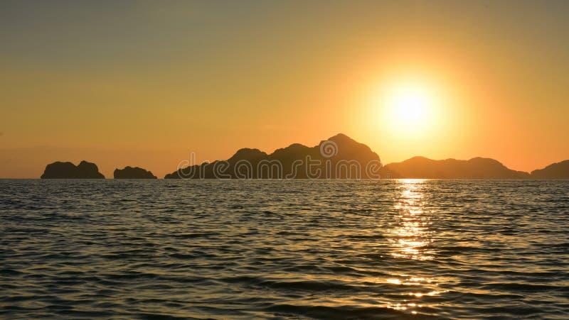 Den spektakulära solnedgången som beskådad från sju kommandon sätter på land i Filippinerna royaltyfria foton