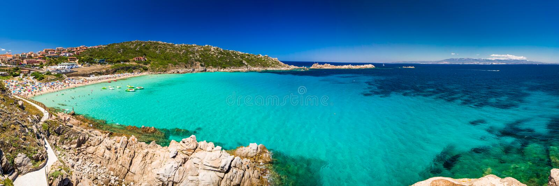 Den Spiaggia diRena Bianca stranden med rött vaggar, och azurer gör klar vatten, Santa Terasa Gallura, Costa Smeralda, Sardinia,  arkivfoto