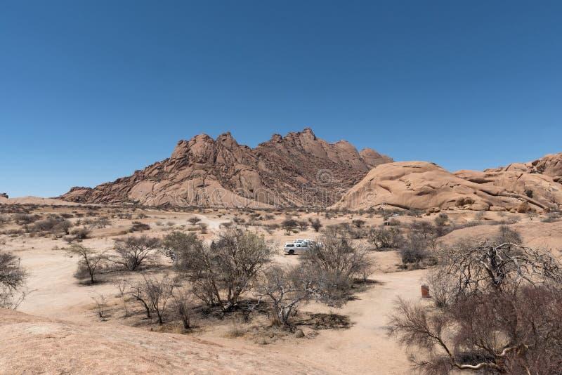 Den Spitzkoppe gruppen av skallig granit når en höjdpunkt i den Namib öknen av Namibia arkivfoton