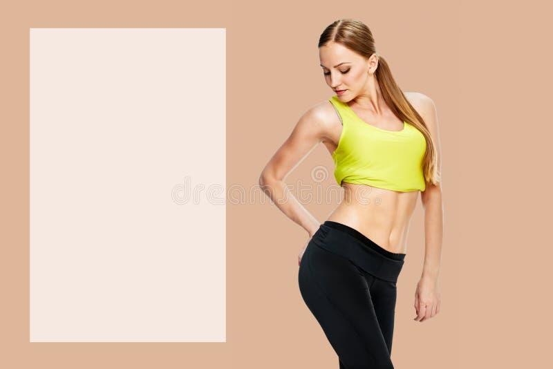Den sportiga kvinnan med den h?rliga kroppen efter bantar royaltyfria bilder