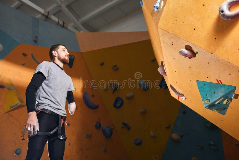 Den sportiga mannen med fysiskt handikapp kom till att klättra utbildningsgrupper arkivbilder
