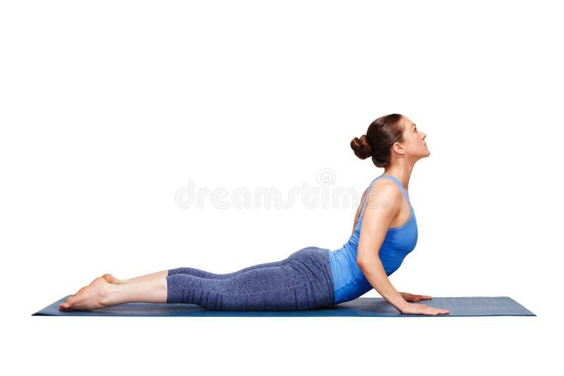 Den sportiga passformyoginikvinnan öva yogaasanabhujangasana royaltyfri fotografi