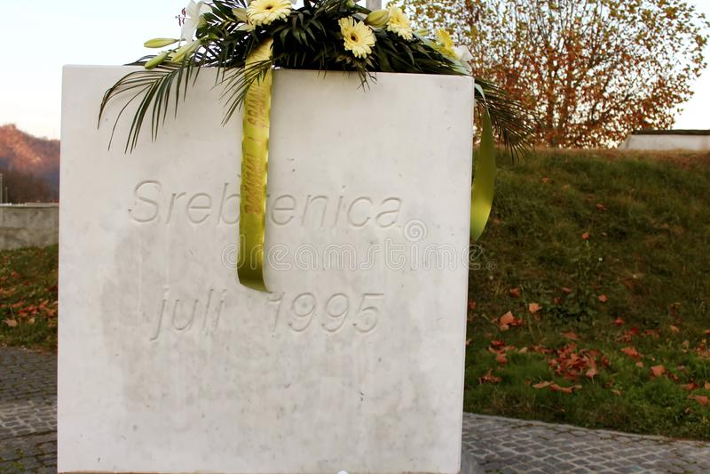 Den Srebrenica-Potocari minnesmärken och kyrkogården för offren av arkivfoton