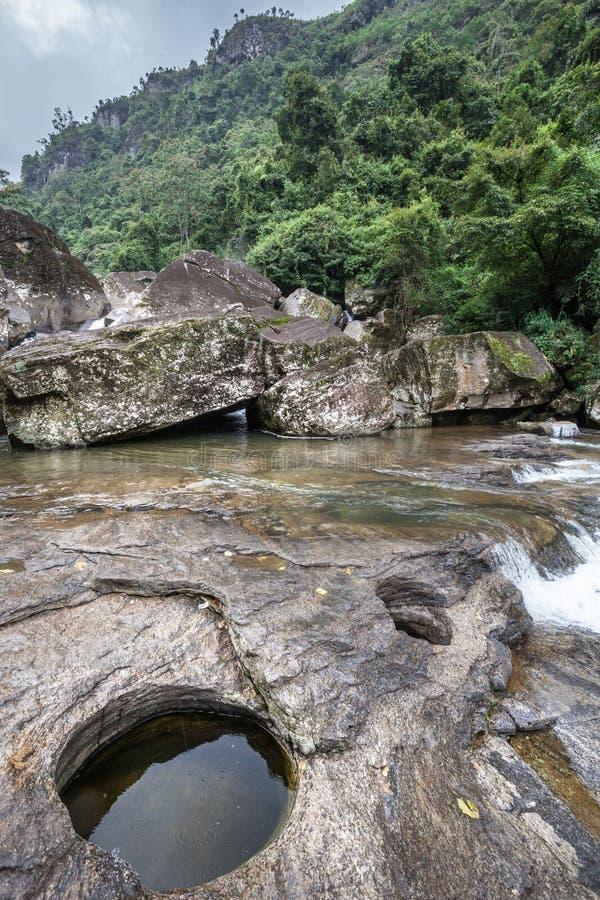 Den Sri Lanka vattenfallet vaggar och vegetation royaltyfria foton