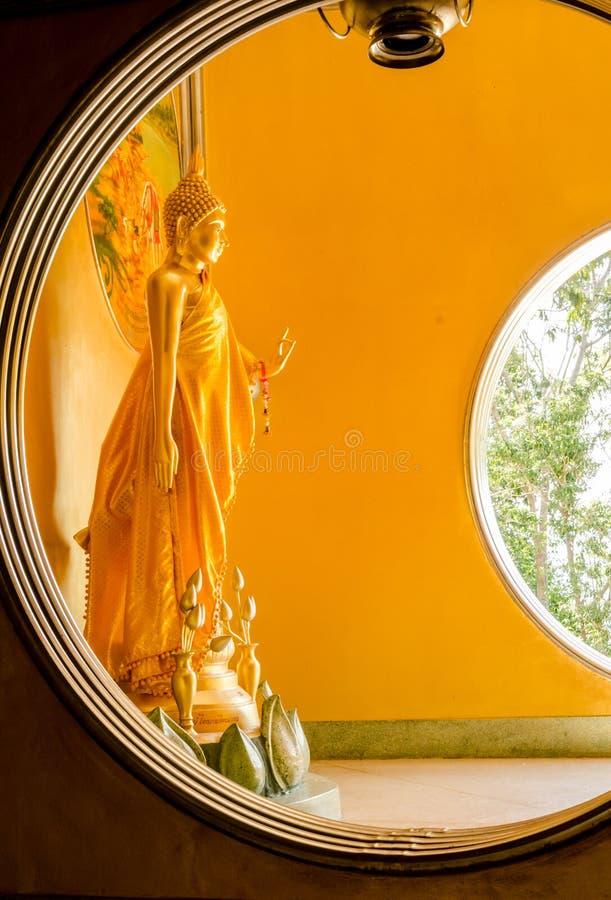 Den stående buddha statyn i Hatyai Songkhla royaltyfria bilder