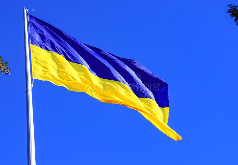 Den största guling- och blåtttillståndsflaggan av Ukraina på flaggstången 30 meter i den ukrainska Dnepr staden arkivbild
