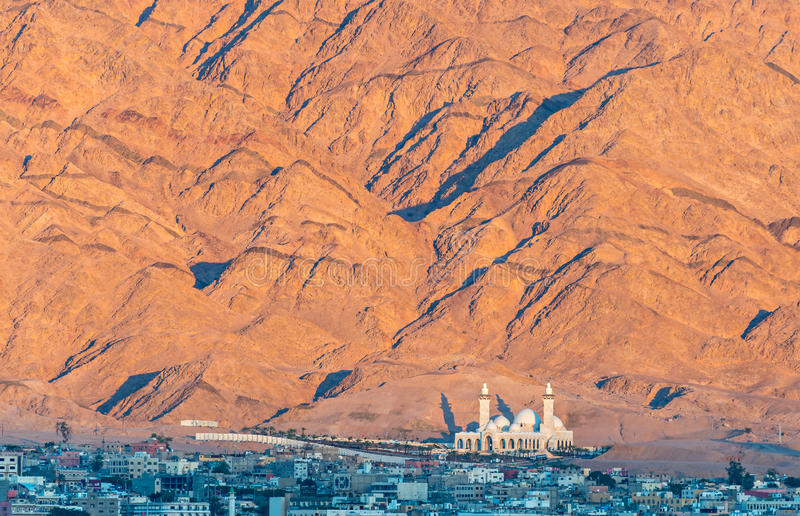 Den största jordanska moskén - Al-Sharif Al-Hussein Bin Ali - i den Aqaba staden, Jordanien arkivbild