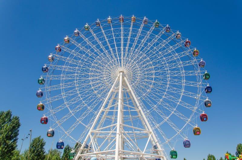 Den största pariserhjulen i Kasakhstan royaltyfri bild