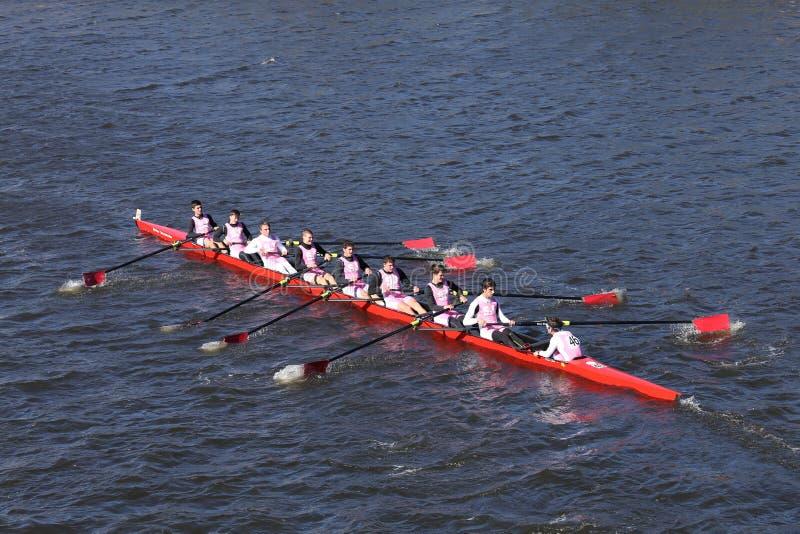 Den St Johns HS besättningen springer i huvudet av ungdom Eights för Charles Regatta Men ` s royaltyfria bilder