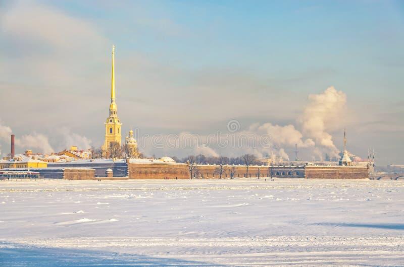 Den St Peter och Paul fästningen på en disig frostig vinterdag arkivbilder