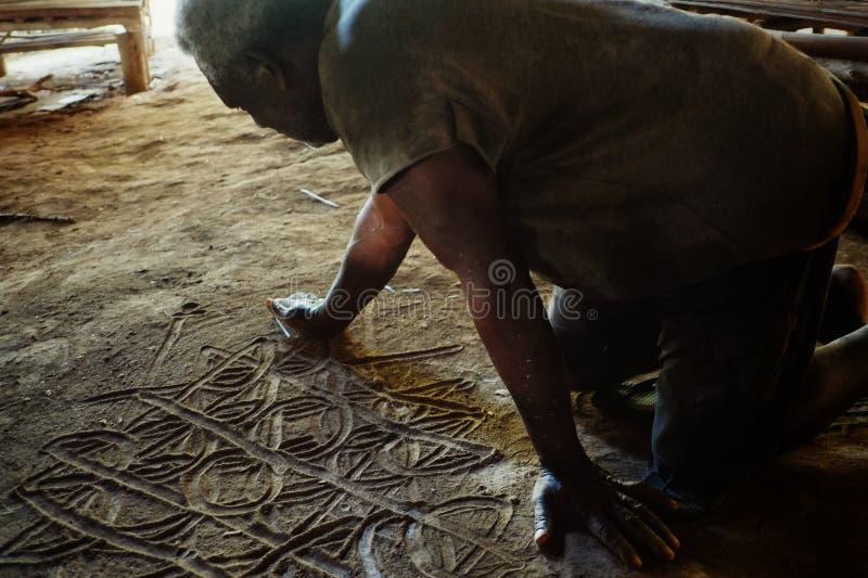 den stam- chefen beskriver deras historia vid en sandteckning i en av mosen royaltyfri bild
