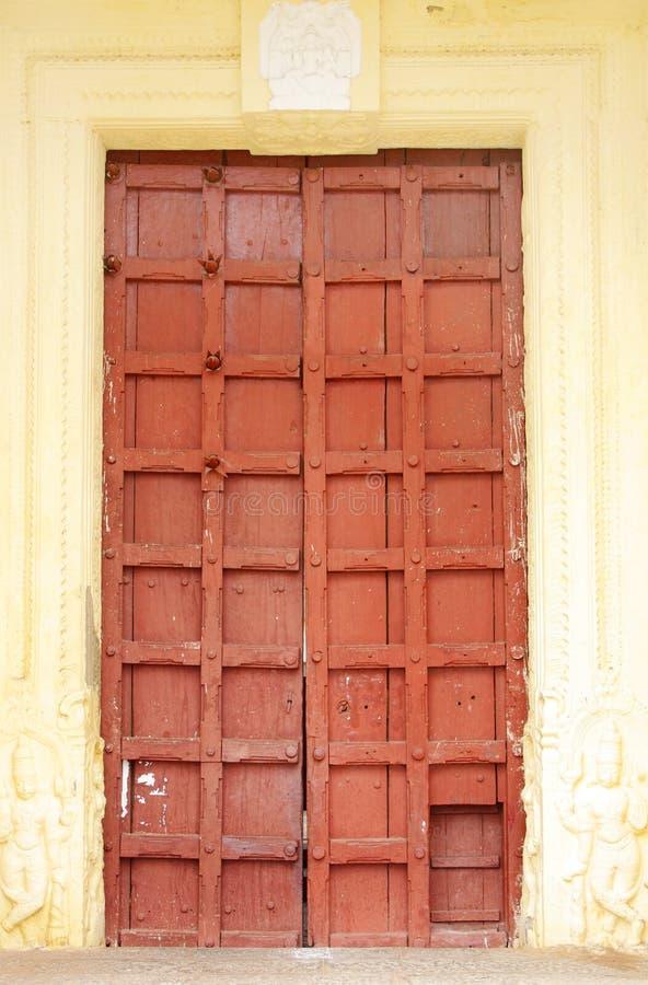 Den starka forntida dörren i en av tempelet på Mysore förlägger arkivbilder