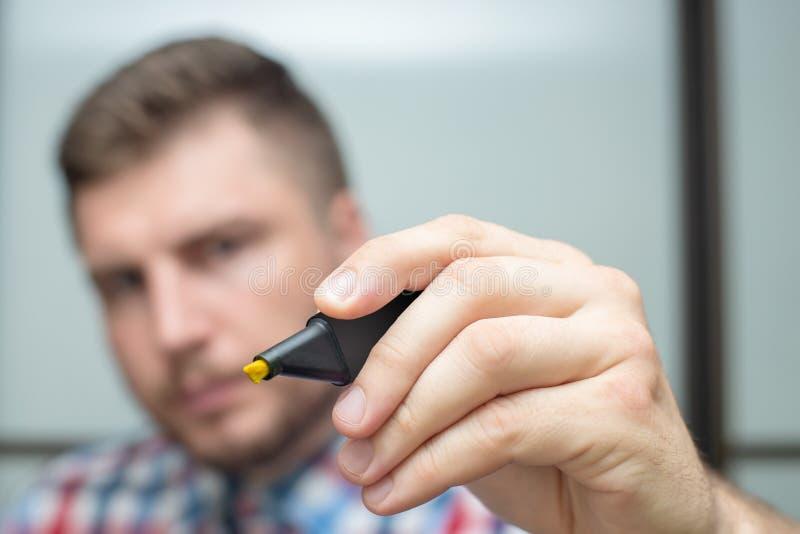 Den Startup affärsmannen drar med en gul markör på exponeringsglaset under ett möte i kontoret arkivbild