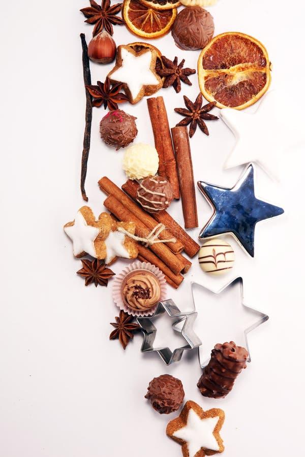 den stekheta moonen för julkakahjärta shapes stjärnan choklad, kanelbruna stjärnor och kryddor royaltyfria foton