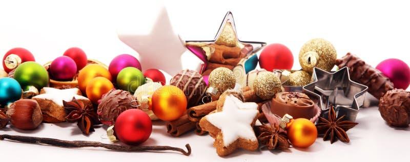 den stekheta moonen för julkakahjärta shapes stjärnan choklad, kanelbruna stjärnor och kryddor royaltyfria bilder