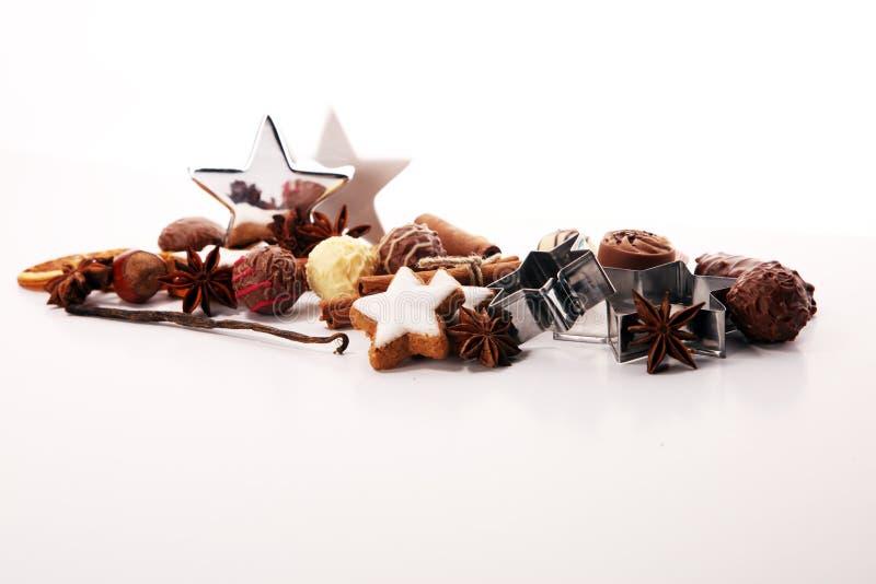 den stekheta moonen för julkakahjärta shapes stjärnan choklad, kanelbruna stjärnor och kryddor arkivfoto