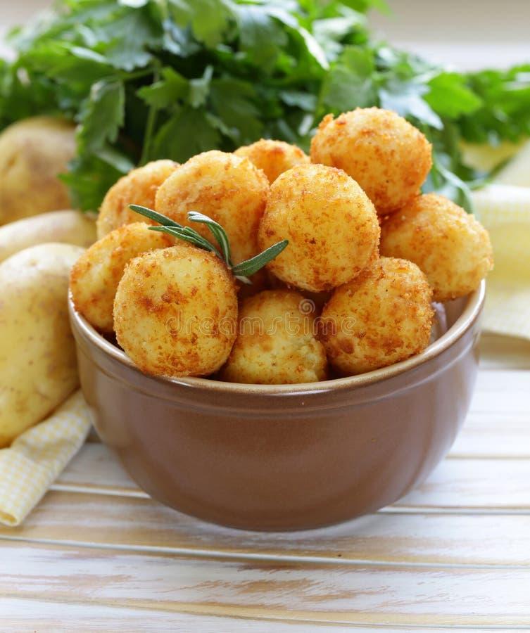 Den stekte potatisen klumpa ihop sig (kroketter) royaltyfri fotografi