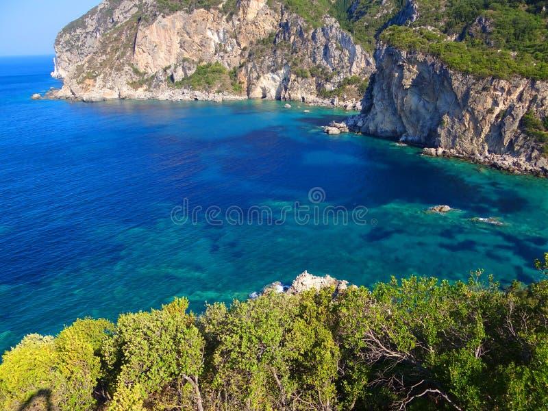 Den steniga kusten av ön av Korfu Grekland fotografering för bildbyråer