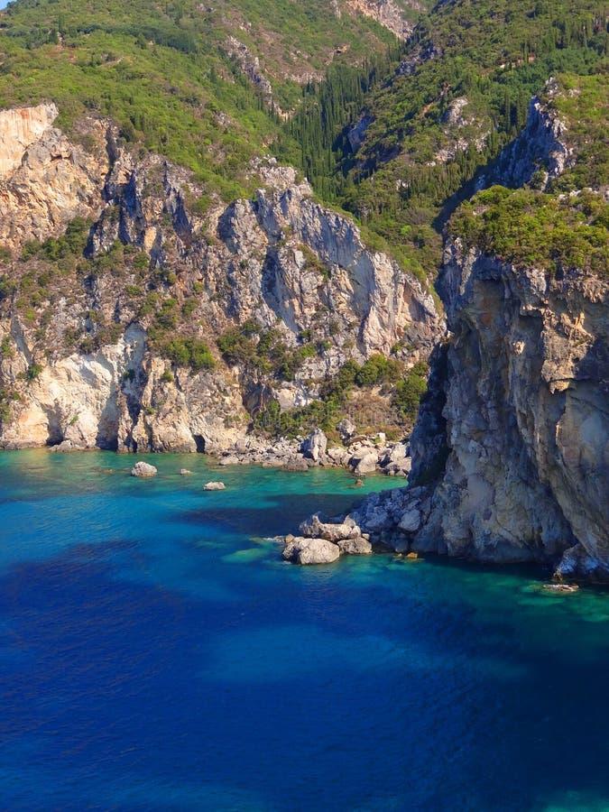 Den steniga kusten av ön av Korfu Grekland royaltyfri foto