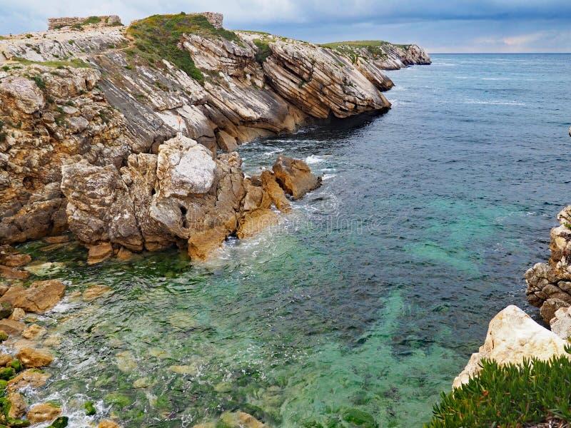 Den steniga kustlinjen av Baleal, Portugal arkivfoton