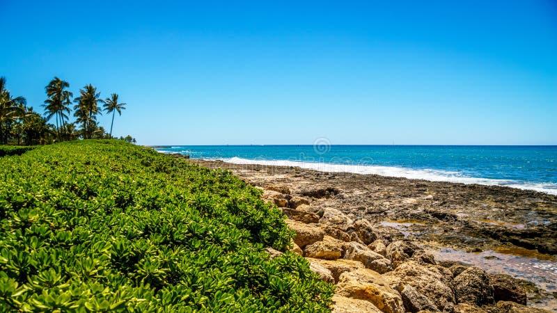Den steniga shorelinen av västkusten av ön av Oahu arkivfoton