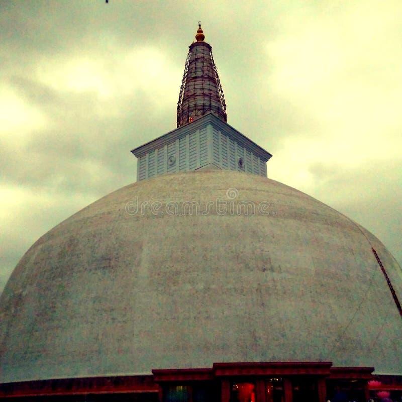 Den Sthupa Abayagiriya pagoden underhåller och målning royaltyfri fotografi
