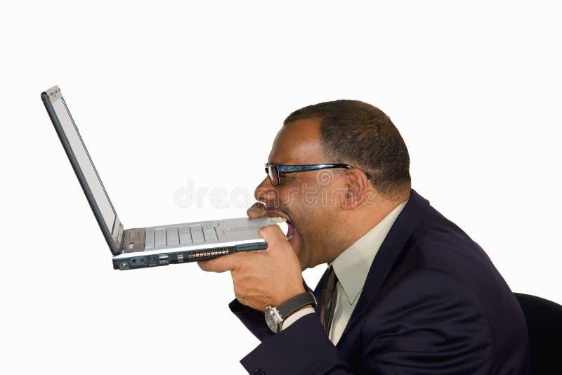 den sticka affärsmannen frustrerade hans bärbar dator royaltyfri foto