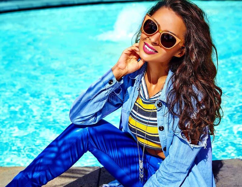 Den stilfulla brunettmodellen i hipster beklär utomhus fotografering för bildbyråer