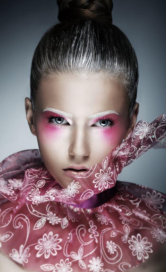 Den stilfulla kvinnan med idérikt vänder mot - konst. Ljus purpurfärgad Makeup royaltyfria bilder
