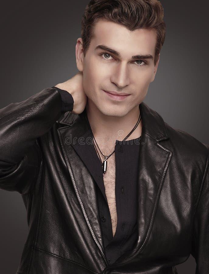Den stilfulla manen i svart passar. Fashion modellerar. royaltyfri fotografi