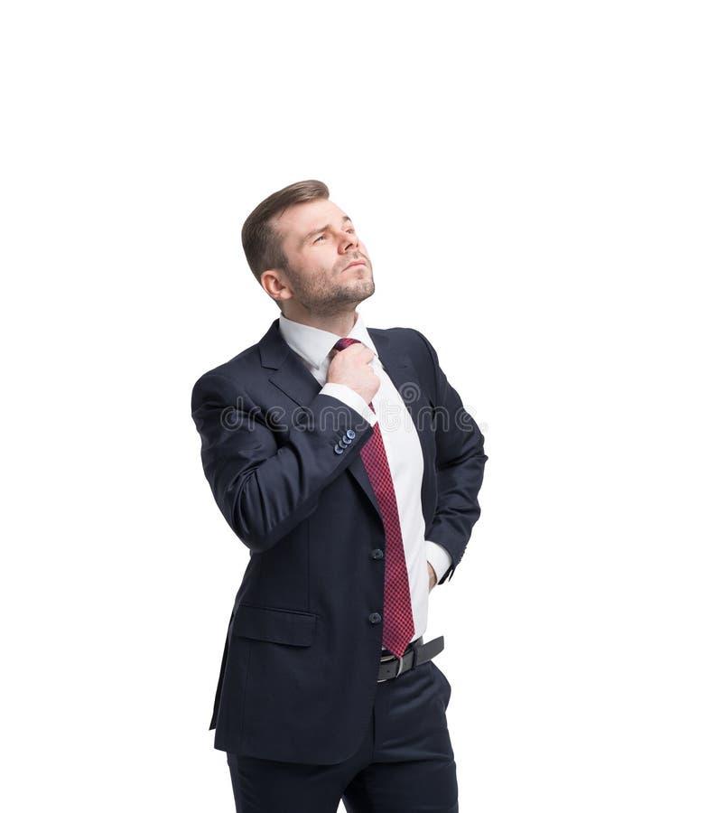 Den stiliga affärsmannen tänker om framtida affärstillfällen royaltyfri bild