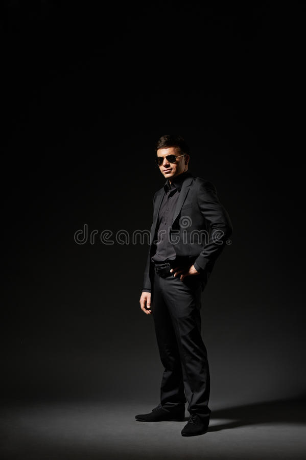 Den stiliga barnmanen i svart passar royaltyfri fotografi