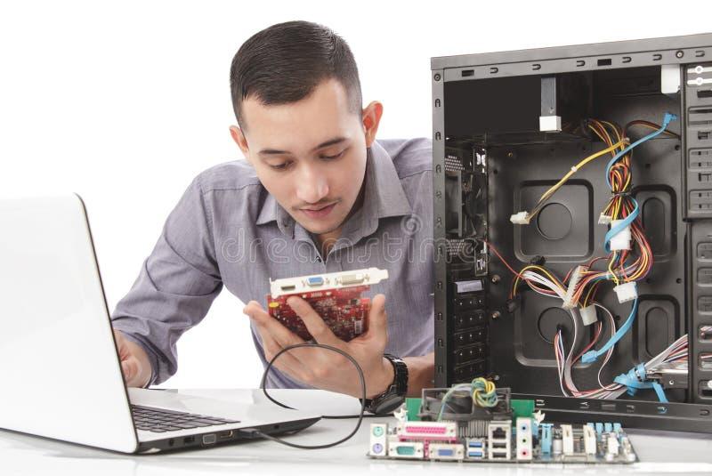 den stiliga datorspecialisten som reparerar datoren med mycket, concen arkivbild