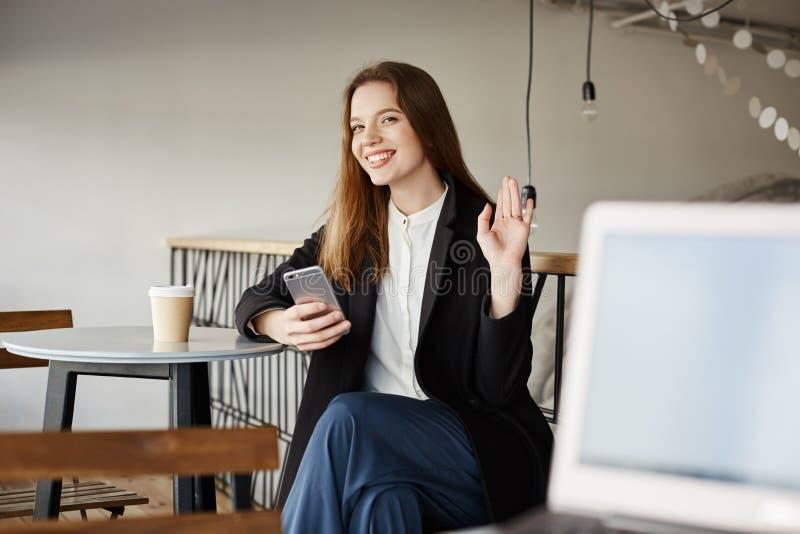 Den stiliga grabben med bärbara datorn försöker att bli vänner med den attraktiva kvinnan Stående av gulligt europeiskt flickasam royaltyfria bilder