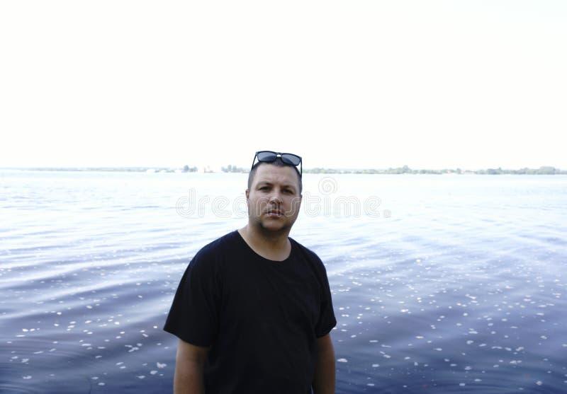 Den stiliga grabben tar en selfie på stranden - folket, livsstil och royaltyfria foton