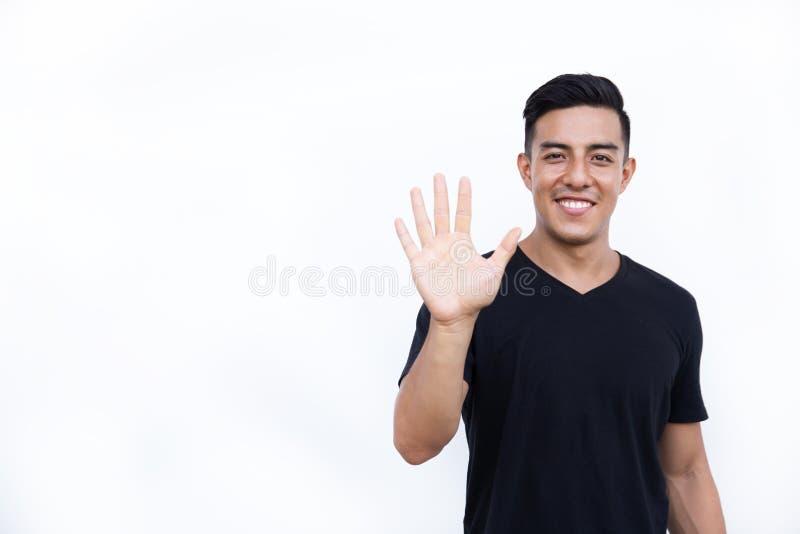 Den stiliga latinska latinamerikanska mannen visar fem fingrar på vit bakgrund royaltyfri foto