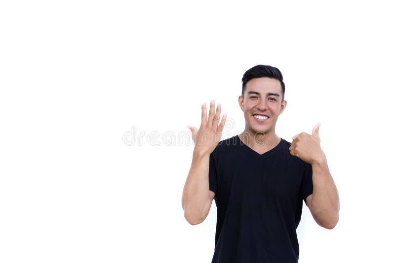 Den stiliga latinska latinamerikanska mannen visar sex fingrar som isoleras på vit bakgrund arkivfoto