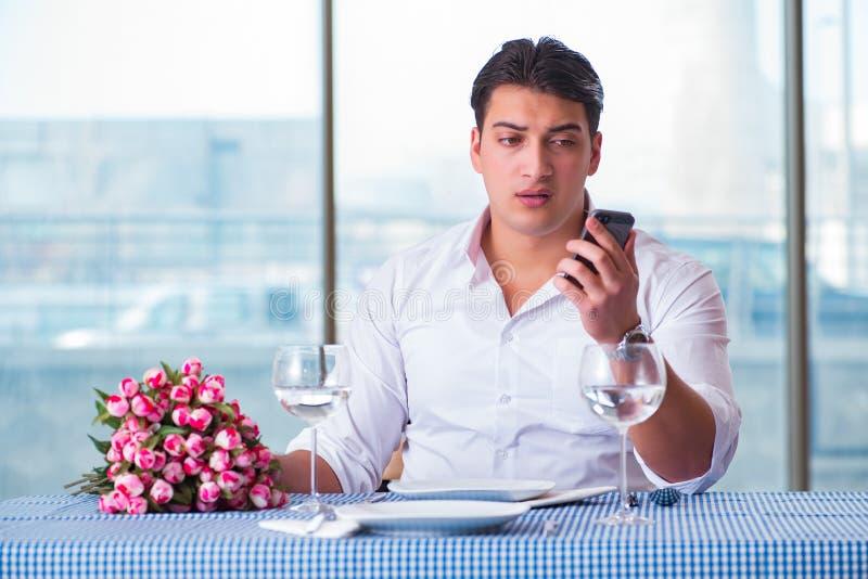 Den stiliga mannen bara i restaurang på datum royaltyfri fotografi