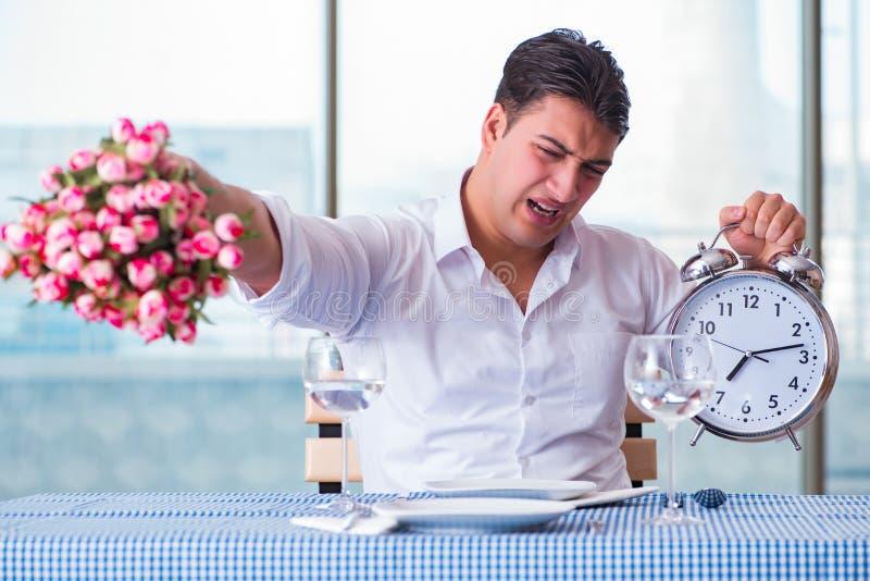 Den stiliga mannen bara i restaurang på datum fotografering för bildbyråer