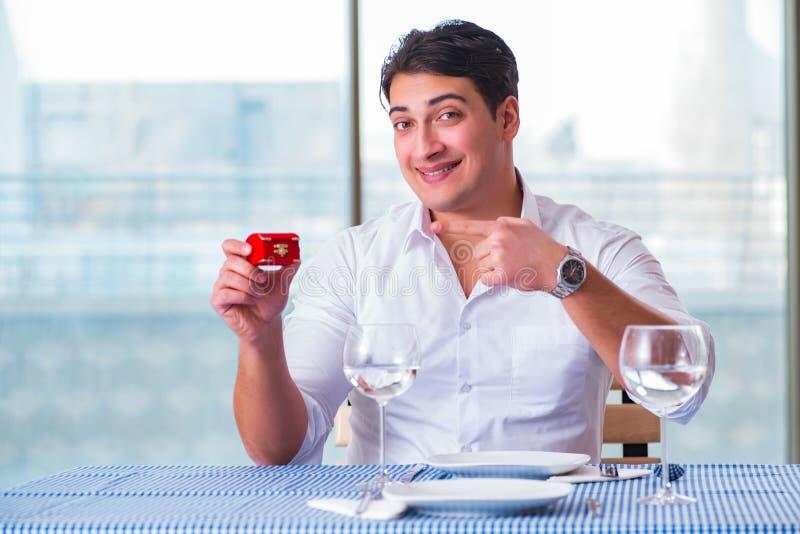 Den stiliga mannen bara i restaurang på datum arkivfoto