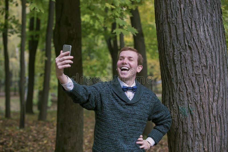 Den stiliga mannen tar en selfie den utomhus- - caucasian folk - naturen, folk, livsstil och teknologibegrepp arkivbilder