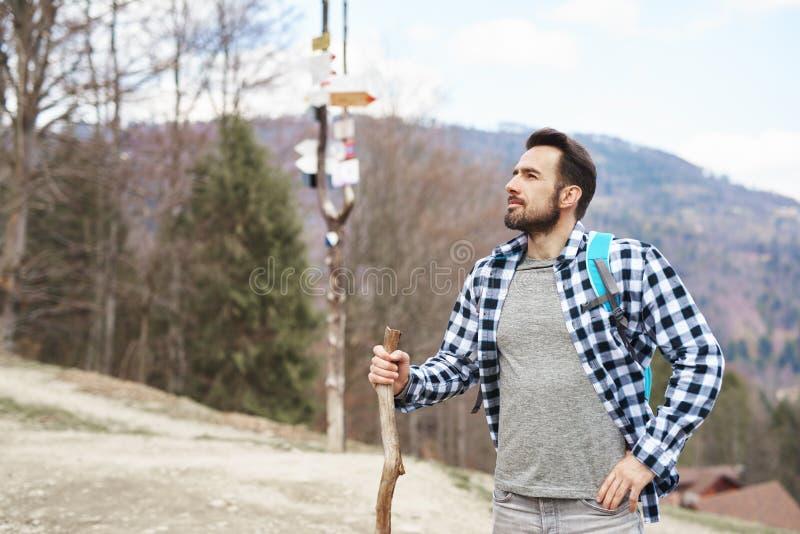 Den stiliga mannen vandrar i bergen royaltyfria foton