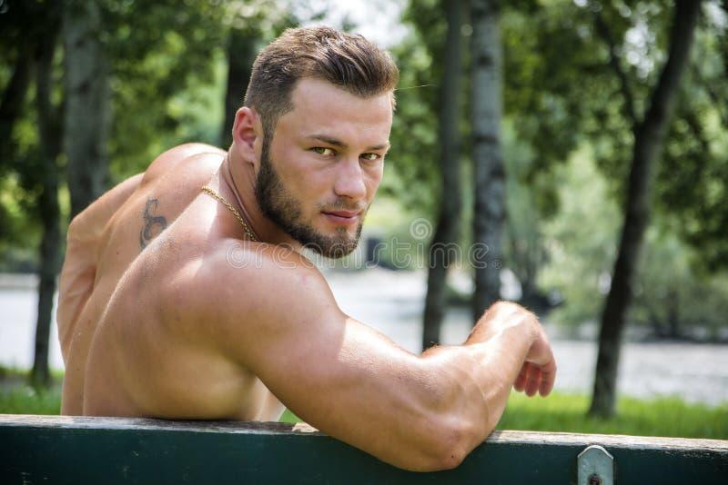 Den stiliga muskulösa Shirtless snygg manmannen som är utomhus- i stad, parkerar royaltyfri fotografi